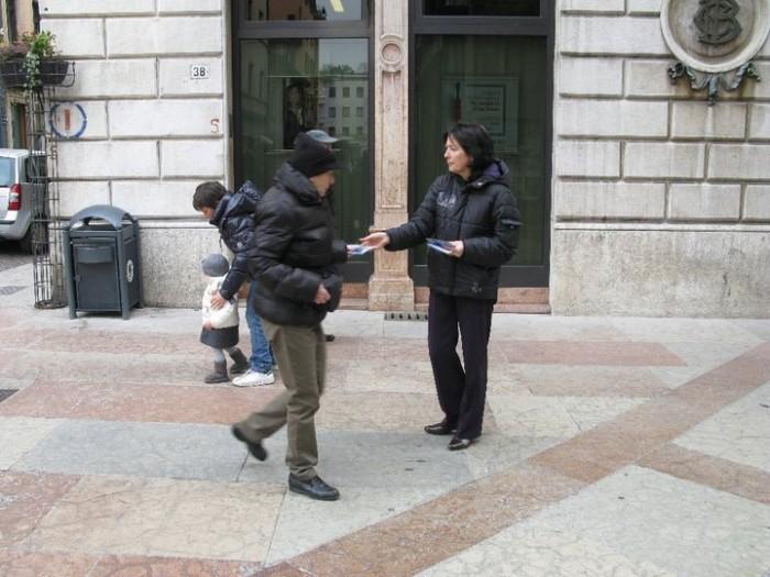 TRENTO - 12.03.2011 - TAVOLO INFORMATIVO SULLA VIVISEZIONE 150
