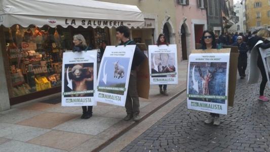 Manifestazione a Trento in difesa degli agnelli a Pasqua 24-25-26 Marzo 10
