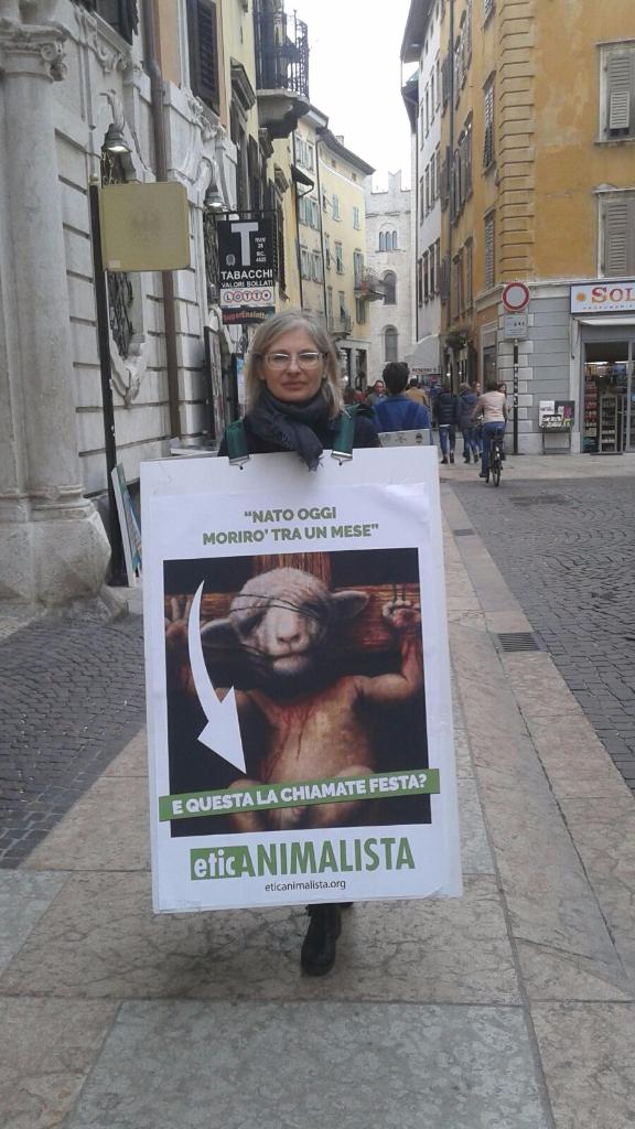 Manifestazione a Trento in difesa degli agnelli a Pasqua 24-25-26 Marzo 30