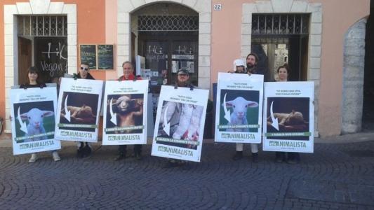 Manifestazione a Trento in difesa degli agnelli a Pasqua 24-25-26 Marzo 3