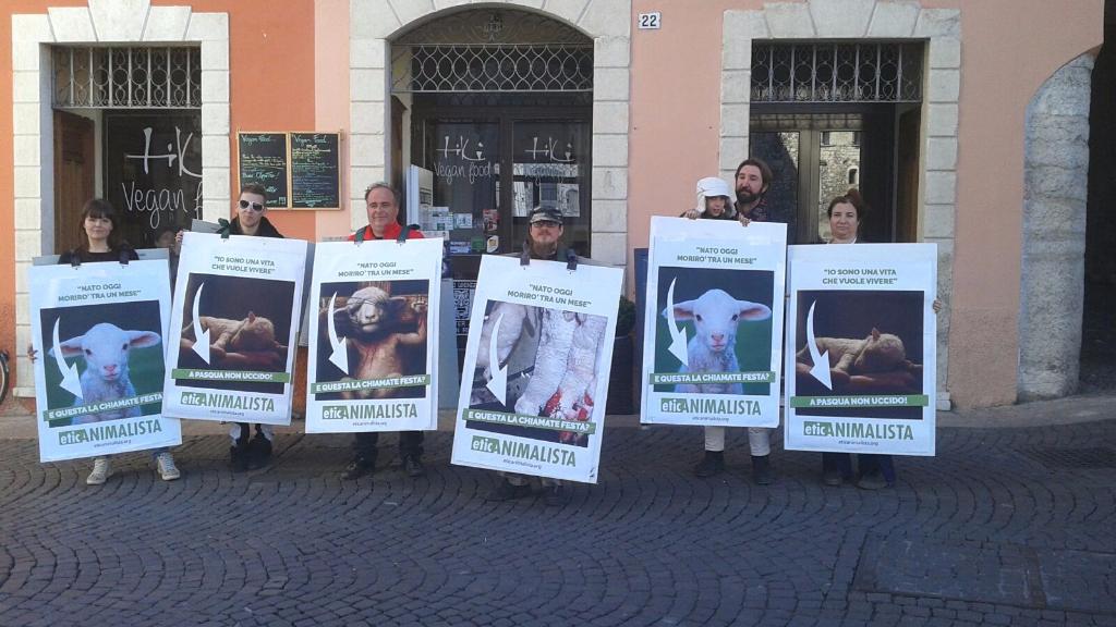 Manifestazione a Trento in difesa degli agnelli a Pasqua 24-25-26 Marzo 21