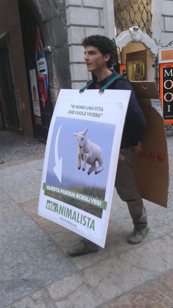 Manifestazione a Trento in difesa degli agnelli a Pasqua 24-25-26 Marzo 26