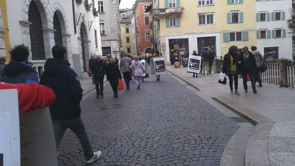 Manifestazione a Trento in difesa degli agnelli a Pasqua 24-25-26 Marzo 27