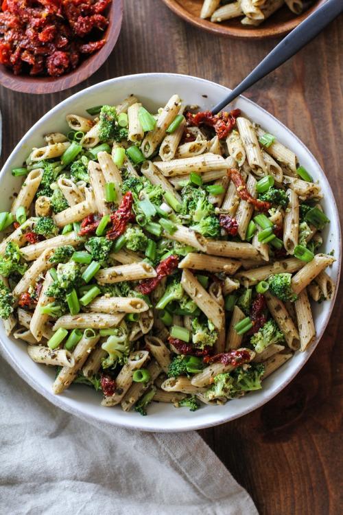 vegan-yums: Kale Pesto Pasta Salad with Sun-Dried Tomatoes... 4