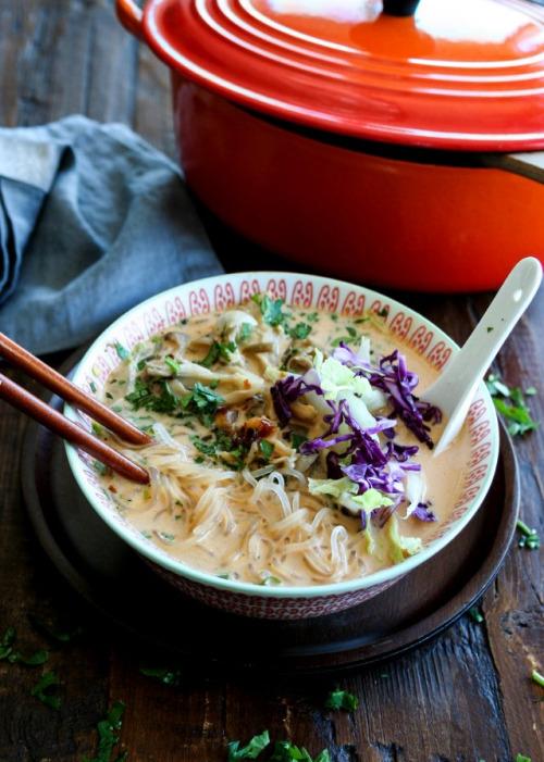im-horngry: herbivorlicious: Mushroom Coconut Curry Noodle... 2