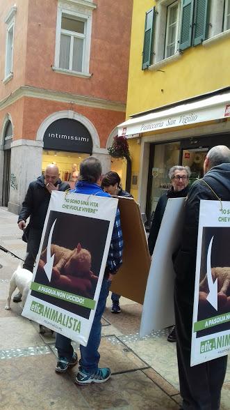 """""""A PASQUA NON UCCIDO"""" Manifestazione di protesta contro la strage pasquale di agnelli e capretti 31"""