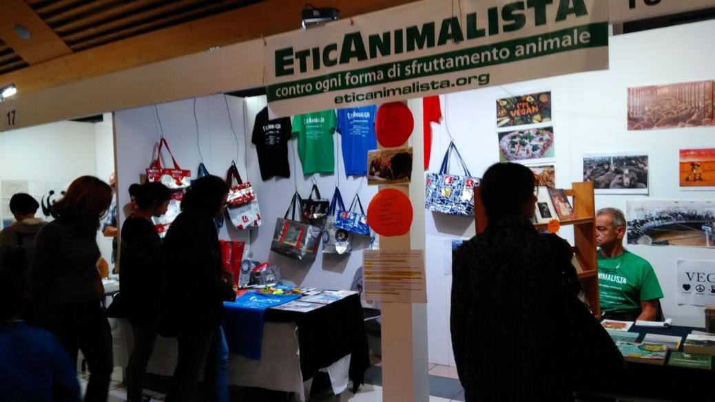 Tavolo informativo di Etica Animalista alla fiera annuale Fa la cosa giusta - 26-27-28 ottobre 2018 - Trento 2